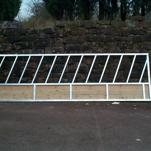 bateman diagonal cattle feed fence with timber skirt stokbord stockboard cherryhire cherry hire trailers east Yorkshire equipment driffield north frodingham